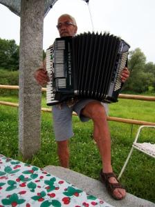 Bruno con la sua fisarmonica al campo di Biorama