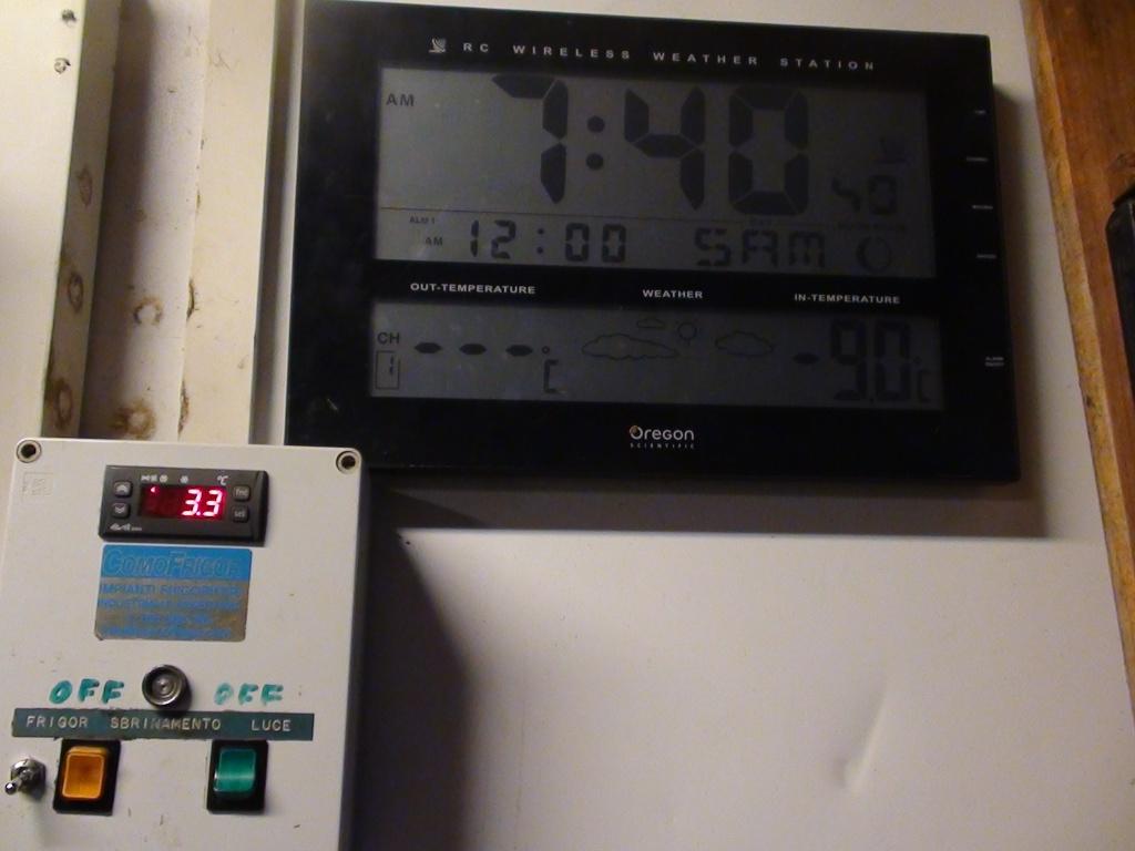 La temperatura registrata sabato 7 gennaio: siamo nel capannone, all'esterno erano - 11°! Il dato in rosso in basso a sin. indica la temperatura della cella.